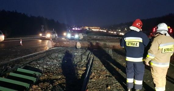 Na drodze krajowej nr 7 pomiędzy Mogilanami a Głogoczowem przed godziną 17 przewróciła się ciężarówka przewożąca drewno - taką informację otrzymaliśmy na Gorącą Linię. Ładunek przewożony przez ciężarówkę zalegał na drodze, uniemożliwiając przejazd zakopianką - informowała Generalna Dyrekcja Dróg Krajowych i Autostrad. Przez kilka godzin kierowcy musieli się mierzyć z ogromnymi utrudnieniami, ale droga jest już przejezdna.