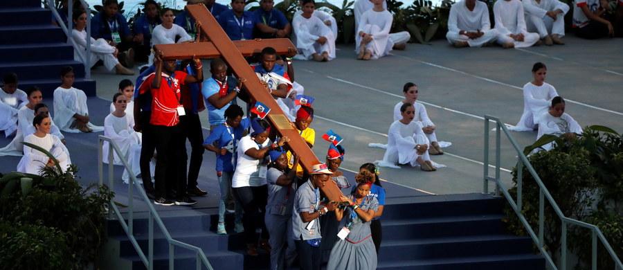 Papież Franciszek mówił w piątek w Panamie, że swoją Drogę Krzyżową przechodzą cierpiący na świecie; nienarodzone dzieci, maltretowane kobiety, ubodzy, imigranci oskarżani o wszelkie zło. W Drodze Krzyżowej pod jego przewodnictwem uczestniczyło 400 tys. osób.