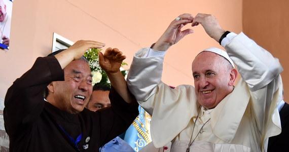 Za nami Światowe Dni Młodzieży w Panamie. Bezpośrednio po mszy kończącej spotkanie młodych z całego świata papież odwiedził Dom Miłosiernego Samarytanina gdzie spotkał się z osobami chorymi na AIDS. Franciszek zaapelował także o pokojowe rozwiązanie kryzysu w Wenezueli oraz poszanowanie praw człowieka.