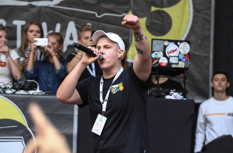Konflikt między Bezczelem i Szpakiem od początku roku rozgrzewa fanów polskiego hip hopu. Jak zaczął się konflikt pomiędzy raperami? Wyjaśniamy wszystkim niezorientowanym w sytuacji.