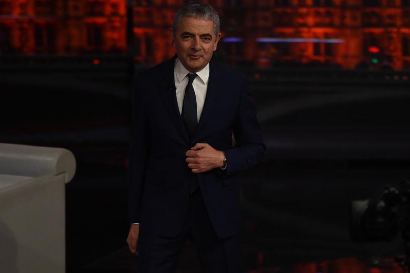 Odtwórca roli Jasia Fasoli, Rowan Atkinson, bynajmniej nie ukończył studiów aktorskich. Posiada dyplom magistra elektrotechniki Uniwersytetu Oksfordzkiego. To podczas działalności w uczelnianych grupach teatralnych i kabaretach narodził się pomysł na jego telewizyjne alter ego.