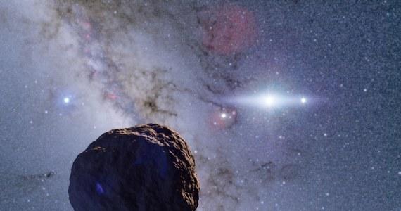 """Japońscy astronomowie odkryli możliwe brakujące ogniwo w historii planet. To kosmiczna skała o promieniu około 1,3 kilometra, znajdująca się na krańcach Układu Słonecznego, w obszarze Pasa Kuipera. Taki obiekt pasuje do modelu teoretycznego, opracowanego ponad 70 lat temu. Od tamtego czasu podejrzewa się, że pośrednim stadium powstawania planet były właśnie obiekty o rozmiarach rzędu kilku kilometrów, po raz pierwszy taki właśnie obiekt udało się tak daleko zaobserwować. Pisze o tym na swej stronie internetowej czasopismo """"Nature Astronomy""""."""