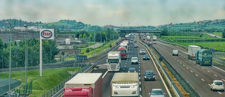 """""""To może być ogromny cios dla polskiej branży transportowej"""" - ostrzegają w rozmowie z RMF FM przedstawiciele przewoźników. Chodzi o planowane unijne przepisy o tzw. zabezpieczeniu społecznym. Zaakceptował je Parlament Europejski. Według właścicieli firm transportowych, nowe prawo oznaczać będzie dla nich większe wydatki. Przez to upaść mogą mniejsze przedsiębiorstwa zajmujące się przewozami międzynarodowymi."""