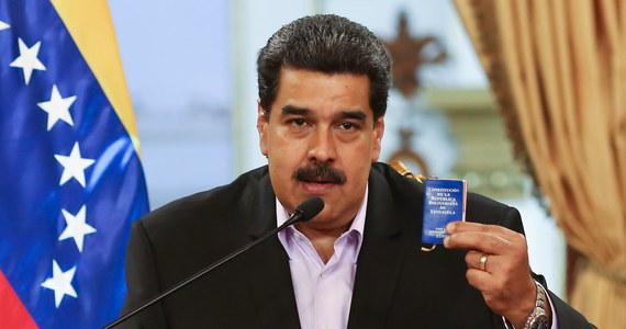 """""""Podejmujemy wszelkie wysiłki by ustabilizować sytuację gospodarcza w kraju. Jestem gotów na rozmowy z opozycją przy udziale międzynarodowych mediatorów"""" - powiedział prezydent Wenezueli Nicolas Maduro w opublikowanym w środę wywiadzie dla rosyjskiej agencji RIA. Dodał, że armia pozostaje lojalna wobec prawowitych władz kraju, a amerykańskie sankcje przeciwko PDVSA """"są nielegalne""""."""