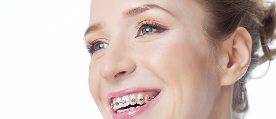 Chcemy być zdrowsi, ładniejsi. Czy jednak wiemy, jakie efekty możemy uzyskać i z czym należy się liczyć podejmując leczenie ortodontyczne w późniejszym wieku? Jeśli chcecie wiedzieć, co można w dorosłości wyleczyć, a jakich efektów na pewno nie uzyskamy, dokładnie wyjaśni to ortodonta Kamila Wasiluk.