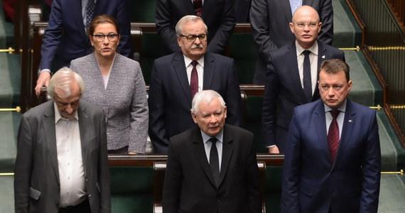 """""""Prawo i Sprawiedliwość nigdy nie przyjmowało korzyści majątkowych od osób prawnych; nie prowadzi też w imieniu i na rzecz innych podmiotów działalności gospodarczej"""" - oświadczył w środę przewodniczący komitetu wykonawczego PiS Krzysztof Sobolewski."""