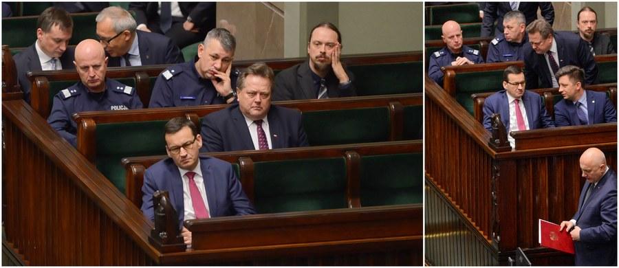 """""""Oddaję się do dyspozycji pana premiera"""" - oświadczył w Sejmie minister spraw wewnętrznych i administracji Joachim Brudziński, odpowiadając na pytania posłów w związku z rządową informacją nt. między innymi działań służb po zabójstwie prezydenta Gdańska Pawła Adamowicza. """"Ja, proszę państwa, za plecami kogokolwiek nie mam zamiaru się chować"""" - zaznaczył Brudziński."""