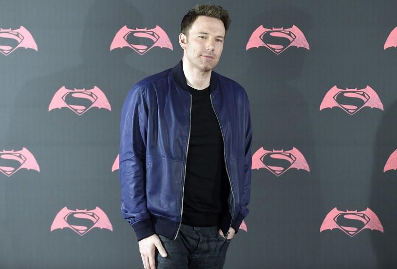"""Reżyser Matt Reeves jest od dłuższego czasu związany z nowym filmem o przygodach Batmana. Póki co do mediów dostawały się tylko plotki. Sam reżyser także nie dzielił się szczegółami, a jedynie zapewniał, że ciężko pracuje nad scenariuszem. Po długim czasie oczekiwań w końcu pojawiły się konkretne informacje dotyczące nowego kinowego wcielenia """"człowieka-nietoperza""""."""