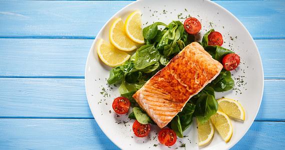 Każdy chociaż raz w życiu jadł łososia. Ciężko jest pomylić ją z jakąkolwiek inną pod względem smaku, ale również, jeżeli chodzi o wygląd. Charakterystyczne pomarańczowo-różowe mięso doskonale smakuje w każdej postaci, czy to na kanapce czy też przygotowane na parze w towarzystwie warzyw. Poza walorami smakowymi łosoś posiada również dużo wartości odżywczych, które pozytywnie wpływają na nasze zdrowie. Jakie są to wartości dokładnie oraz jak przygotować z niego potrawę tak, aby pozostał soczysty dowiecie się z poniższego tekstu.