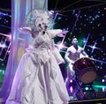 """The Masked Singer"": Tori Spelling zdemaskowana. Jak zareagowali jurorzy?"