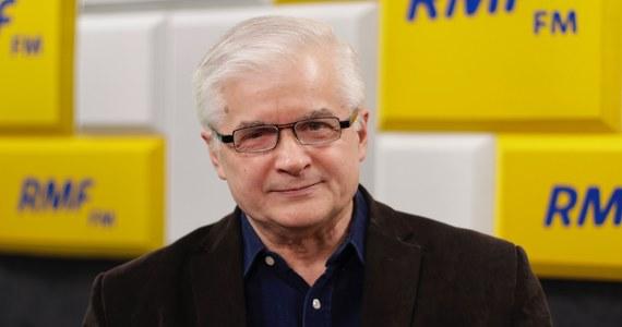 """""""Gdyby prokuratura była niezależna, to powinna zainteresować się tym, czy nie są naruszone ograniczenia dot. działalności gospodarczej partii politycznych, osób pełniących funkcje posła, senatora itd."""" - tak Włodzimierz Cimoszewicz odpowiedział w Popołudniowej rozmowie w RMF FM na pytanie o tzw. taśmy Kaczyńskiego. """"Moją uwagę osobiście zwróciła informacja dotycząca pewnego instrumentalnego traktowania banku Pekao SA, który nie tak dawno został wykupiony za ogromne pieniądze z prywatnych rąk - i wydaje się być traktowany jako skarbonka dofinansowania przedsięwzięć natury politycznej"""" - stwierdził. Dopytywany przez Marcina Zaborskiego, czy w ujawnionych nagraniach widzi dowód na to, że Jarosław Kaczyński prowadzi działalność gospodarczą, były premier odparł: """"A co robi? (…) W moim przekonaniu tak""""."""