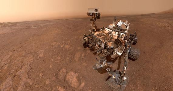 """Naukowcy NASA odkryli na Marsie... nowy instrument badawczy. Aparatura ta znajduje się na pokładzie łazika Curiosity od początku jego misji, ale dopiero teraz, po blisko 7 latach pobytu sondy na Czerwonej Planecie kierownictwo misji wpadło na pomysł, że można ją w nowy sposób wykorzystać. Co ciekawe to instrument, który praktycznie każdy z nas ma w swoim smartfonie, akcelerometr i żyroskop pozwalające monitorować ułożenie i ruch, który przydaje się w też w nawigacji. Tygodnik """"Science"""" publikuje informacje, które udało się z pomocą tej aparatury zebrać."""