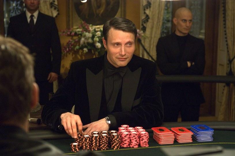 """Niewielu europejskich aktorów zrobiło taką karierę w Stanach Zjednoczonych jak Mads Mikkelsen. Ledwie minął miesiąc 2019 roku, a Duńczyk już może pochwalić się dwoma premierami. Serwis Netflix udostępnił adaptację komiksu """"Polar"""", w której Mikkelsen zagrał płatnego zabójcę na emeryturze. Z kolei ww wchodzącej właśnie na ekrany polskich kin """"Arktyce"""" wcielił się on w mężczyznę starającego się przetrwać po katastrofie samolotu w samym środku śnieżnej pustyni. Nie jest to jego ostatnia premiera w tym roku."""