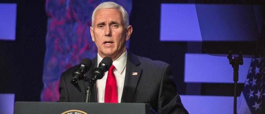 """""""To nie jest czas na dialog. To czas na działanie"""" - oświadczył wiceprezydent USA Mike Pence podczas wiecu na zamieszkanej przez wiele osób pochodzenia wenezuelskiego w Doral na Florydzie. """"Nadszedł czas, by zakończyć dyktaturę Maduro raz na zawsze"""" - apelował."""
