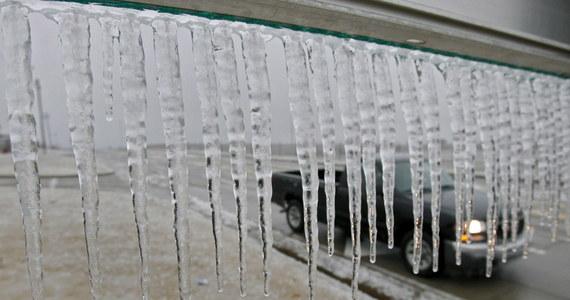 Instytut Meteorologii i Gospodarki Wodnej ostrzega przed marznącymi opadami deszczu w województwie podlaskim oraz warmińsko-mazurskim. Z kolei dla południa i południowo-wschodniej części kraju wydano ostrzeżenia przed silnym wiatrem.