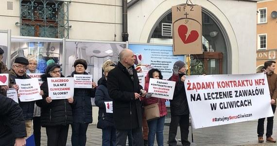 Płacę składki ZUS i podatki. Żądam leczenia w moim mieście – m.in. z takimi transparentami mieszkańcy demonstrowali na rynku w Gliwicach. Chodzi o leczenie zawałów. W mieście jest oddział kardiologiczny i lekarze specjaliści, ale nie ma umowy z Narodowym Funduszem Zdrowia.