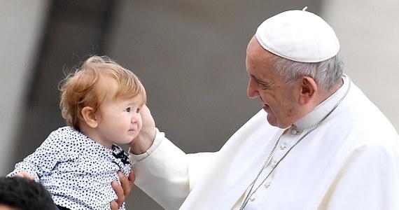 """Aborcja nie może być prawem człowieka - powiedział papież Franciszek podczas spotkania z delegacją włoskiego Ruchu dla Życia. Mówił o """"absolutnym obowiązku obrony życia: od poczęcia aż do naturalnego końca"""" i apelował do polityków, by """"niezależnie od swej wiary uczynili kamieniem węgielnym dobra wspólnego obronę życia tych, którzy mają się narodzić""""."""