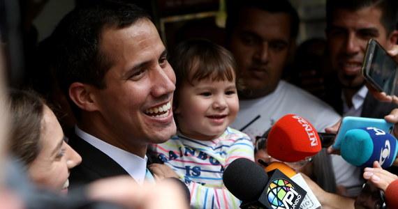 """Wysokiej rangi generał wenezuelskich sił powietrznych ogłosił na nagraniu opublikowanym na Twitterze, że uznaje lidera opozycji Juana Guaido za tymczasowego prezydenta kraju. Generał Francisco Yanez, członek naczelnego dowództwa sił powietrznych, wezwał innych wysokiej rangi wojskowych do podjęcia takiej samej decyzji. Według Yaneza """"90 procent"""" sił zbrojnych Wenezueli jest przeciwko prezydentowi Nicolasowi Maduro."""