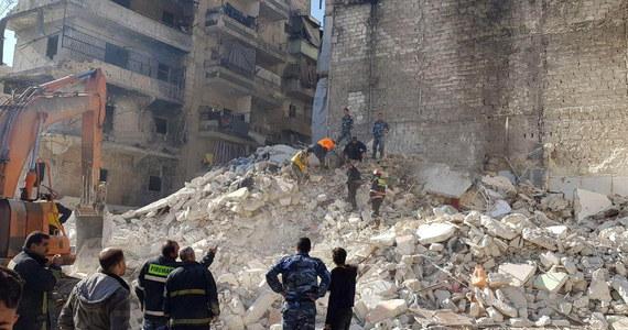 Co najmniej 11 osób, w tym czworo dzieci, zginęło pod gruzami budynku, który zawalił się sobotę w położonym na północy Syrii mieście Aleppo - poinformowała agencja SANA. Pięciopiętrowy blok został wcześniej uszkodzony podczas trwającej w tym kraju wojny.