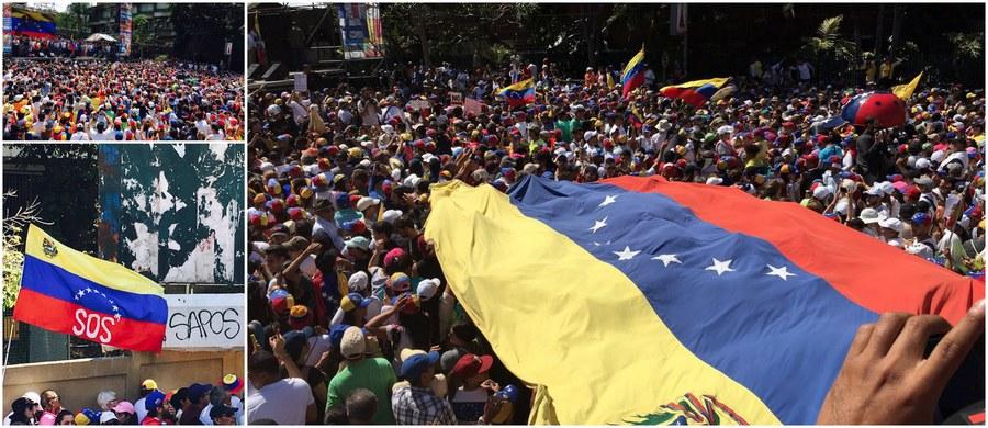 """""""Będziemy protestowali, dopóki reżim się nie podda"""" - mówią Wenezuelczycy specjalnemu wysłannikowi RMF FM do pogrążonego w kryzysie politycznym i gospodarczym kraju Patrykowi Michalskiemu. W sobotę na ulice miast w całej Wenezueli wyszły setki tysięcy ludzi domagających się ustąpienia socjalistycznego prezydenta Nicolasa Maduro - wybranego w niespełniających demokratycznych standardów wyborach, a zaprzysiężonego na drugą kadencję na początku stycznia. Caracas - jak donosi Patryk Michalski - """"huczy od nieoficjalnych informacji, że Nicolas Maduro już poszukuje schronienia w innym kraju (…) Ludzie mają nadzieję, że ten scenariusz się spełni. I to szybko"""". Poznajcie poruszające relacje naszego wysłannika prosto z Caracas!"""