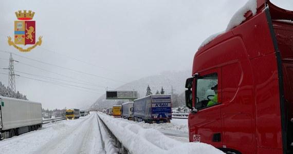 Północ Włoch zmaga się w niedzielę ze skutkami śnieżyc i lawin. W Dolinie Aosty zginął narciarz, przysypany przez lawinę. Po sobotnim paraliżu komunikacyjnym poprawiła się sytuacja na drogach w rejonie przełęczy Brenner.