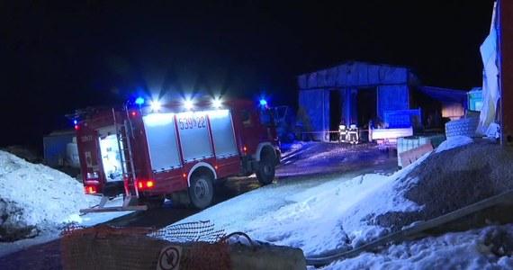 Na 650 tysięcy złotych oszacowano wstępnie straty po nocnym pożarze hali magazynowej w Naprawie. Z powodu zagrożenia wybuchem konieczna była ewakuacja okolicznych mieszkańców. W trakcie akcji gaśniczej ucierpiał strażak.