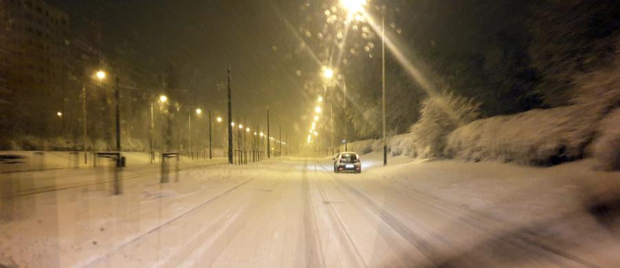 To był bardzo trudny poranek dla kierowców m.in. na drogach Wielkopolski, Dolnego Śląska i województwa łódzkiego. Od rana obficie padał tam śnieg. Ostrzeżenia w tej sprawie obowiązują w 12 województwach centralnej i północnej Polski.