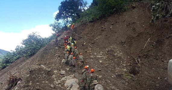 Co najmniej 11 osób straciło życie, a 18 uważa się za zaginione po osunięciu się ziemi na biegnącej górzystą okolicą autostradę - podały boliwijskie władze. Lawina błotna zeszła w sobotę z gór na jadące samochody. Ciała ofiar udało się odnaleźć w niedzielę.