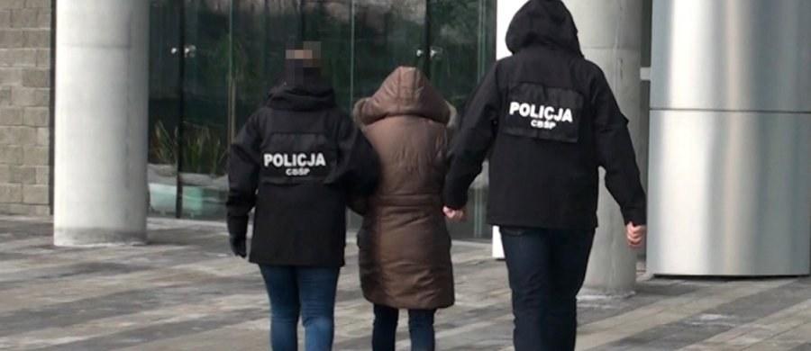 13 osób podejrzanych o udział w zorganizowanej grupie przestępczej zajmującej się czerpaniem korzyści majątkowych z nierządu innych osób zatrzymało CBŚP wspólnie z Prokuraturą Krajową z Rzeszowa. Zlikwidowano trzy agencje towarzyskie. Nie wykluczone są dalsze zatrzymania.