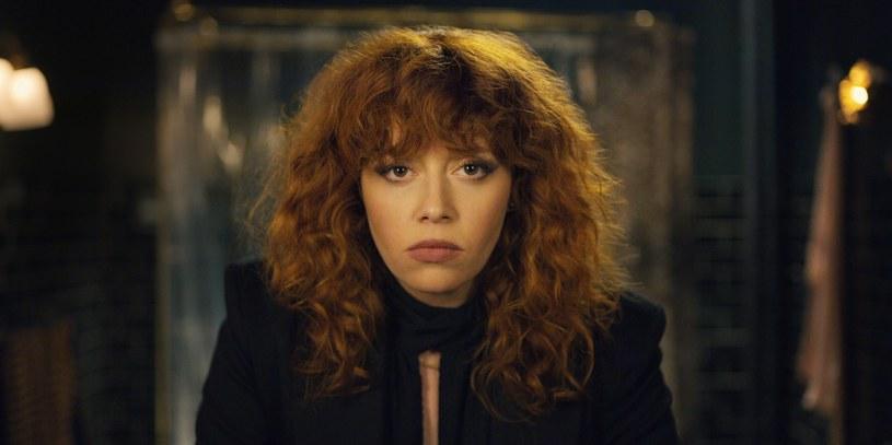 """""""Russian Doll"""" to nowa produkcja Netflixa, która zachwyca widzów na całym świecie. Jednym ze stałych elementów serialu jest piosenka Harry'ego Nilssona """"Gotta Get Up""""."""