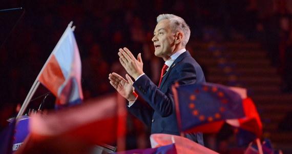 """""""Konstytucja pozwala na to, żeby wprowadzić te wszystkie rozwiązania, tylko ci wszyscy dranie, którzy rządzili do tej pory, bali się to zrobić"""" - tak lider nowego na polskiej scenie politycznej ugrupowania Wiosna Robert Biedroń skomentował pojawiające się po niedzielnej konwencji partii zarzuty, jakoby część postulatów programowych Wiosny była niezgodna z ustawą zasadniczą."""