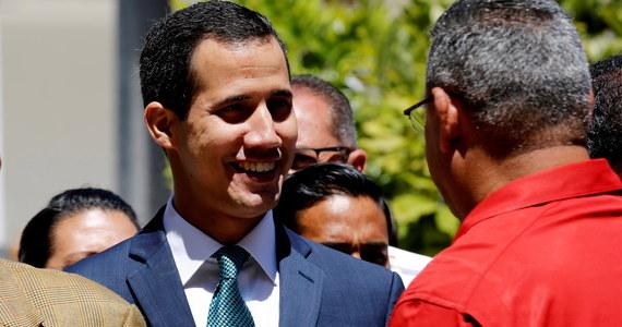 Juan Guaido, który ogłosił się tymczasowym prezydentem Wenezueli, zaapelował do wenezuelskiego wojska, by przestało popierać dotychczasowego szefa państwa i pozwoliło na dostarczenie do kraju pomocy humanitarnej.