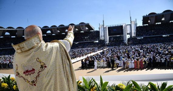 Ponad 100 tys. osób zgromadziło się we wtorek w stolicy Zjednoczonych Emiratów Arabskich, Abu Zabi, na mszy na stadionie, jaką odprawia papież Franciszek. To największa w historii msza na Półwyspie Arabskim. Przybyli też na nią muzułmanie.