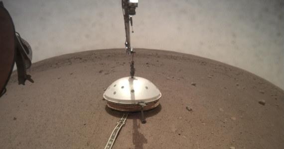 Opóźnił się początek misji polskiego Kreta na Marsie. NASA oficjalnie informuje, że eksperymenty z sondą termiczną próbnika InSight rozpoczną się w przyszłym tygodniu. Wstępnie planowano, że Kret zostanie umieszczony na powierzchni Czerwonej Planety pod koniec stycznia, ale przedłużyły się prace przy ustawieniu sejsmometru. NASA informuje, że udało się już założyć na sejsmometr osłonę, która ochroni go przed wpływem otoczenia i umożliwi precyzyjne pomiary.