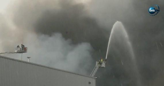 Śledczy spróbują ustalić przyczyny pożaru hali magazynowej w Białołęce. W pożarze uszkodzony został też budynek, w którym znajdowało się centrum danych sieci T-Mobile. Rzecznik sieci zapewnia jednak, że klienci indywidualni nie nie powinni mieć problemów technicznych.