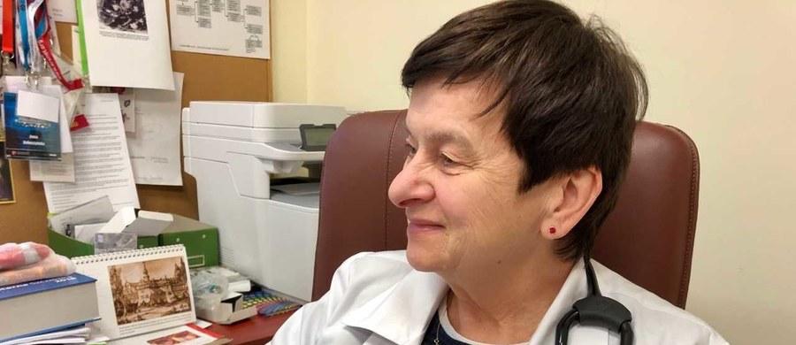 W Polsce zarejestrowanych jest około 1500 chorych na mukowiscydozę. To rzadka choroba genetyczna, jednak coraz więcej o niej wiemy. Kilkadziesiąt lat temu chore dzieci dożywały najwyżej kilku lat, dzisiaj mamy już dorosłych pacjentów. Nasz reporter Piotr Bułakowski o mukowiscydozie rozmawiał z prof. Anną Doboszyńską, koordynatorką oddziału pulmonologicznego w Samodzielnym Publicznym Zespole Gruźlicy i Chorób Płuc w Olsztynie.