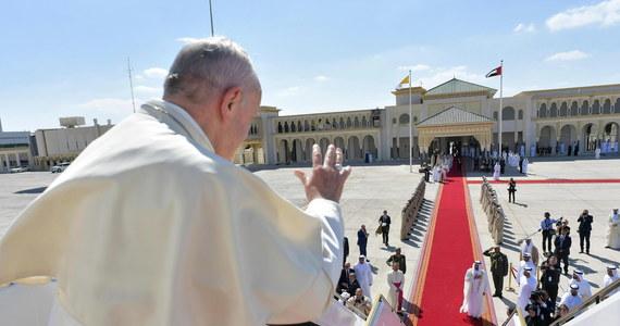 Papież Franciszek powiedział dziennikarzom, że Watykan gotów jest mediować ws. rozwiązania politycznego kryzysu w Wenezueli, jeśli poproszą o to obie strony i wyczerpane zostaną inne kroki. Kraj stoi na skraju wojny domowej.
