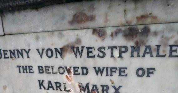 Nieznani sprawcy metalowym narzędziem zdewastowali grób niemieckiego filozofa Karola Marksa znajdujący się na londyńskim cmentarzu Highgate - poinformowała administracja cmentarza.