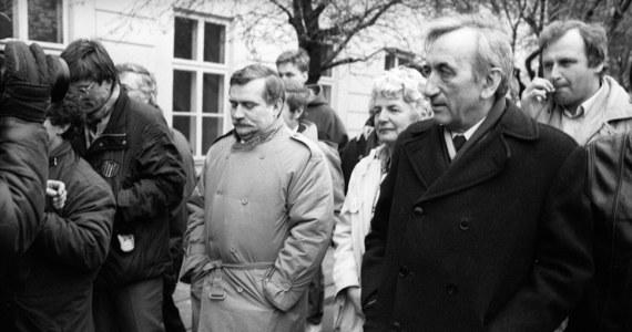 30 lat temu, 6 lutego 1989 r., w Pałacu Namiestnikowskim w Warszawie rozpoczęły się obrady Okrągłego Stołu. Porozumienia między Solidarnością, a ówczesną władzą zostały podpisane 5 kwietnia 1989 roku. Wpłynęły na upadek systemu komunistycznego i w Polsce i w dalszej perspektywie, również w Europie Środkowo-Wschodniej.