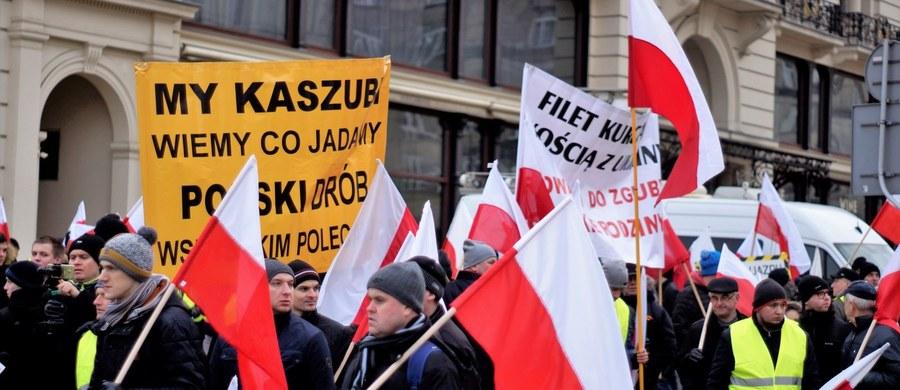 Rolnicy zrzeszeni w AGROunii protestowali w Warszawie. Domagają się zmiany organizacji handlu w Polsce i uwzględniania przez rząd interesu polskich gospodarstw rodzinnych w polityce zagranicznej. Sprzeciwiają się też m.in. nieskutecznej walce z afrykańskim pomorem świń, czyli ASF.