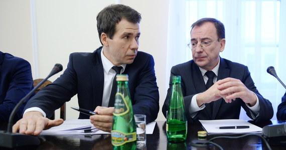 Minister koordynator specsłużb Mariusz Kamiński, jego zastępca Maciej Wąsik i szef CBA Ernest Bejda zaprzeczają, że byli zaangażowani w aferę reprywatyzacyjną w stolicy. Ich wspólne oświadczenie jest reakcją na zeznania, jakie kilka dni temu złożył przed komisją weryfikacyjną oskarżony w aferze reprywatyzacyjnej mec. Robert Nowaczyk.