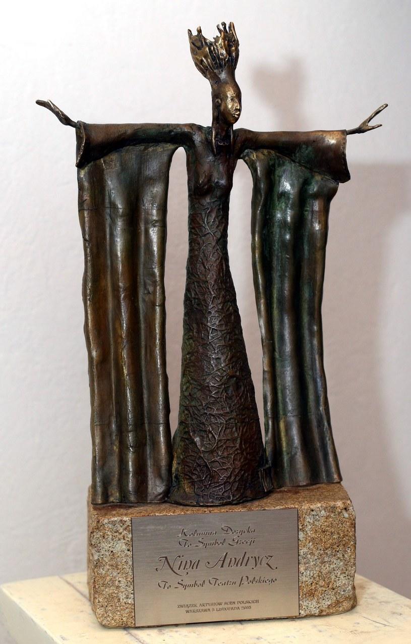 """Z nagrobka zmarłej w 2014 roku Niny Andrycz zniknęła metalowa rzeźba. Opiekunka grobu, Liliana Śnieg-Czaplewska, powiedziała, że w kancelarii cmentarza odradzono jej także zgłaszanie sprawy na policje, nazywając to """"stratą czasu"""". Usłyszała także, że powinna wcześniej ubezpieczyć rzeźbę."""