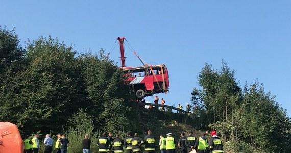 Do sądu w Przemyślu trafił akt oskarżenia przeciwko ukraińskiemu kierowcy, który w sierpniu doprowadził do tragicznego wypadku w Leszczawie Dolnej na Podkarpaciu. Autobus spadł ze skarpy i kilkukrotnie koziołkował. Zginęły trzy osoby, a 50 było rannych - w tym kilka poważnie. Prokuratura zarzuca 42-letniemu Mykole Ł. umyślne naruszenie zasad bezpieczeństwa i spowodowanie katastrofy w ruchu lądowym.