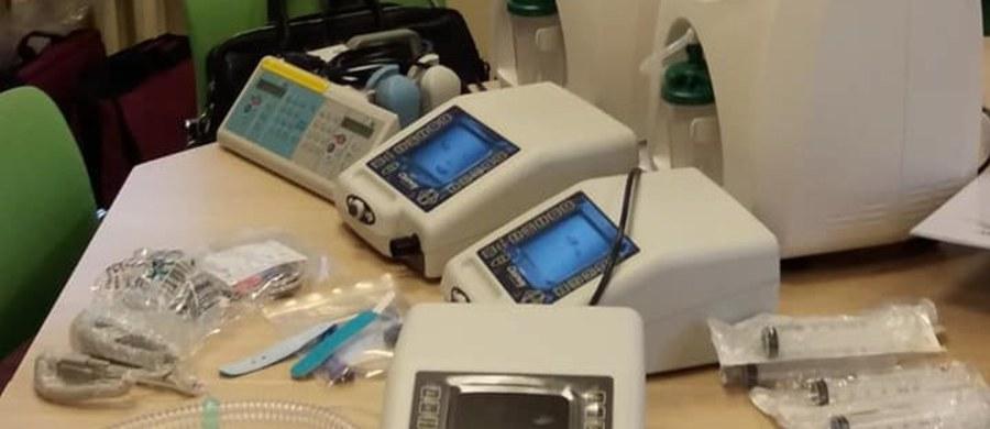 """Aż 3 asystory kaszlu, do tego dwa koncentratory tlenu, pompę infuzyjną oraz całą górę niezbędnego do używania tych urządzeń osprzętu udało się kupić Zachodniopomorskiemu Hospicjum Dla Dzieci i Dorosłych. To dzięki zainicjowanej przez naszego amerykańskiego korespondenta Pawła Żuchowskiego zbiórki pod hasłem """"Kaszanka""""."""