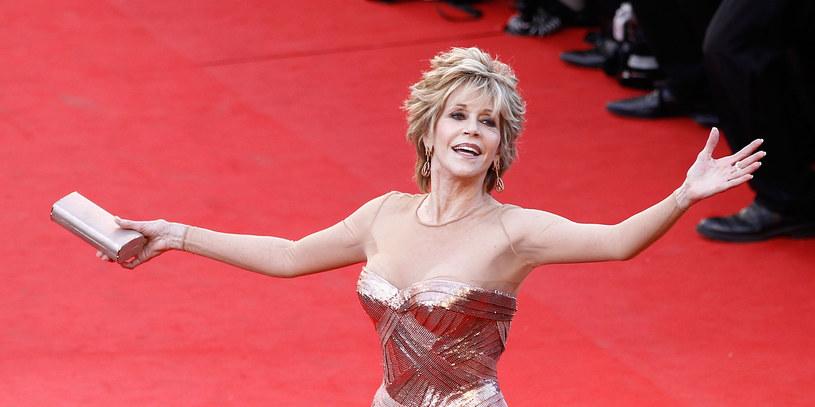 Pokazywała jak dbać o formę, zanim to było modne. To właśnie Jane Fonda w latach 80. ubiegłego wieku wylansowała modę na aerobik. Niedawno 82-letnia gwiazda kina i aktywistka założyła konto na serwisie TikTok, gdzie prezentuje swoje kultowe ćwiczenia.
