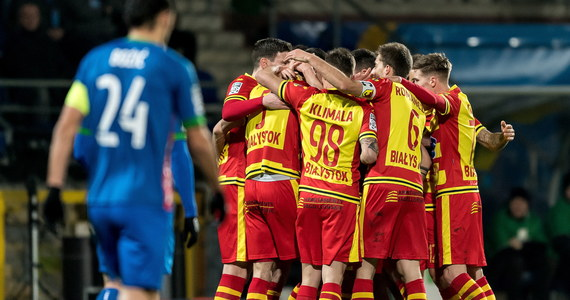 W pierwszym w tym roku meczu piłkarskiej ekstraklasy Jagiellonia Białystok pokonała w 21. kolejce na wyjeździe Miedź Legnica 3:0 i awansowała na trzecie miejsce. Na czwarte spadł Lech Poznań, który wieczorem uległ u siebie KGHM Zagłębiu Lubin 1:2.