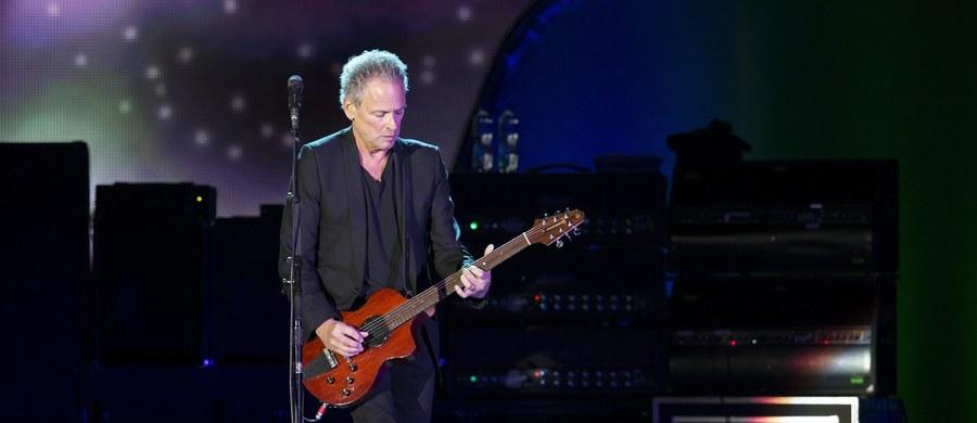 Gitarzysta Lindsey Buckingham - były członek grupy Fleetwood Mac - przeszedł operację na otwartym sercu. Choć zakończyła się sukcesem, ucierpiały przez nią jego struny głosowe muzyka.
