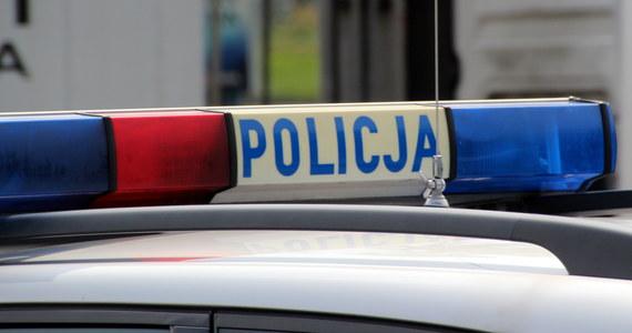 Dwóch policjantów zostało rannych w pościgu za pijanym kierowcą, który wcześniej potrącił pieszego.