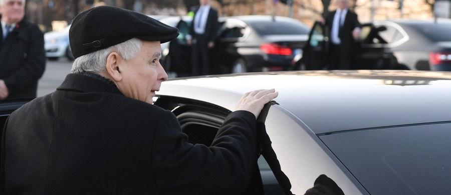 """""""Na tych taśmach nie ma przekleństw, nie ma omawiania nielegalnych działań, nie ma korupcji"""" – tak prezes Prawa i Sprawiedliwości Jarosław Kaczyński w rozmowie z tygodnikiem """"Sieci"""" skomentował ujawnione przez """"Gazetę Wyborczą"""" nagrania ze spotkań z jego udziałem. """"Jest poszukiwanie wyjścia z trudnej sytuacji, przy nacisku na legalność działań"""" – dodał."""