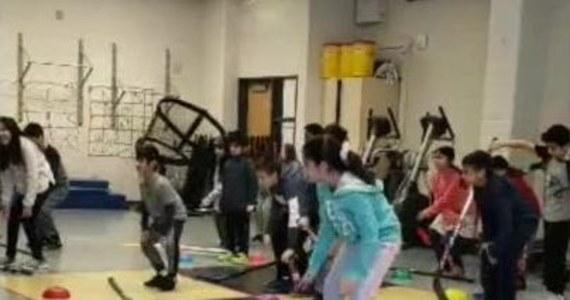 Trener z Chicago znalazł oryginalny sposób na urozmaicenie nauki gry w hokeja. Dzieci, oprócz szlifowania techniki trzymania kija i uderzania, uczyły się także... kroków tanecznych. Jak się okazuje, latynoska cza-cza nie tylko poprawia nastrój, ale również pomaga w szkoleniu przyszłych zawodowych hokeistów!